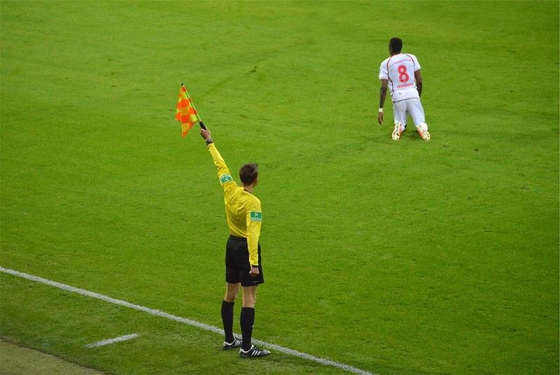 Futbol Oyun Kuralları Kısaca- Yardımcı Hakem